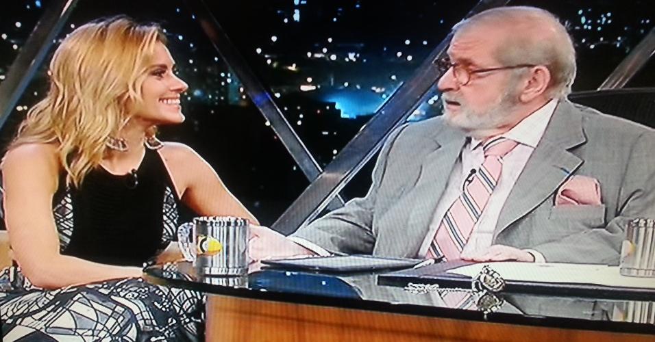 """10.abr.2014 - Carolina Dieckmann é a convidada especial do """"Programa do Jô"""", da Globo, e contou para o apresentador que gosta de pedreiros"""