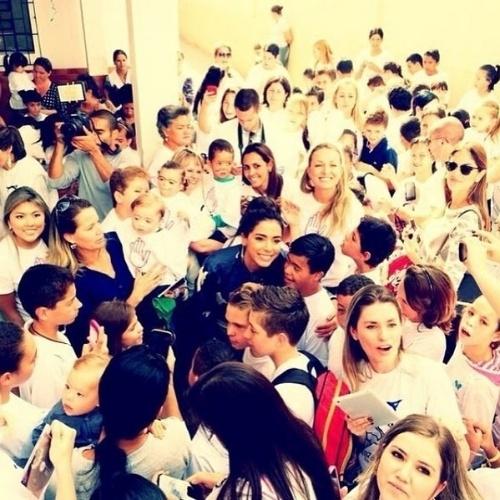 10.abr.2014 - Em Curitiba (PR) para fazer show, Anitta aproveitou o dia para visitar uma escola