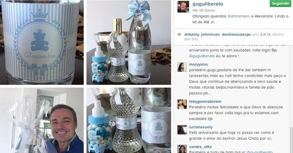 10.abr.2014 - Gugu Liberato mostrou aos seus fãs o kit que ganhou de Ana Hickmann, em comemoração ao primeiro mês do filho da apresentadora, Alexandre Junior, que nasceu no último dia 7.