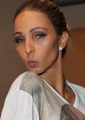 10.abr.2014 - Valesca Popozuda circula pela Marina da Glória, onde está acontecendo o Fashion Rio, com make bem iluminada - AgNews