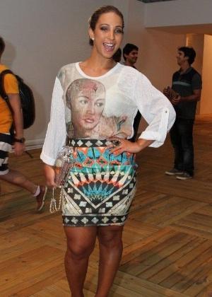 10.abr.2014 - Valesca Popozuda prestigia o 2º dia do Fashion Rio com bolsa avaliada em R$ 20 mil - AgNews