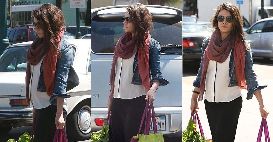 8.abr.2014 - Grávida do ator Ashton Kutcher, Mila Kunis exibe barriguinha ao sair para fazer compras em Studio City, na Califórnia