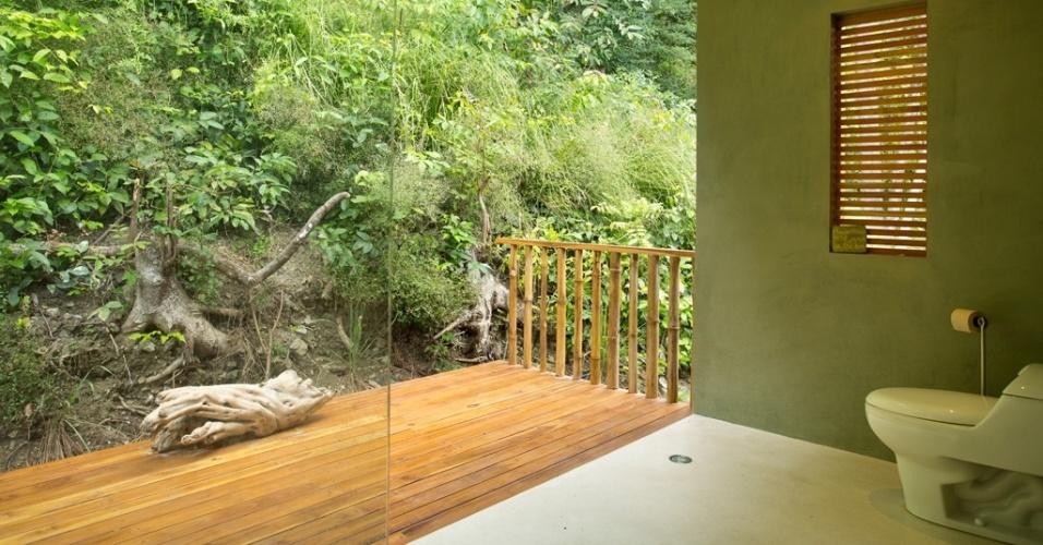 Apesar de ser o cômodo mais privativo da casa Flotanta, o banheiro se abre para a varanda coberta e para a encosta verde do morro, que tange os fundos da residência. O projeto está em Puntarenas, na Costa Rica, e é assinado pelo arquiteto Benjamin Garcia Saxe