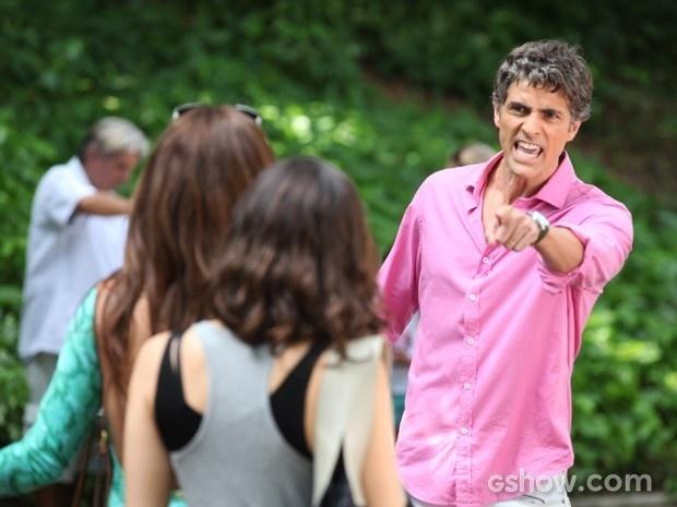 Cadu explode ao ver a mulher saindo da escola do filho com Marina