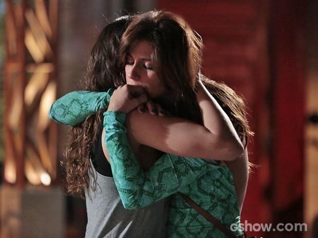 Clara e Marina se abraçam e não se separam depois de reencontro