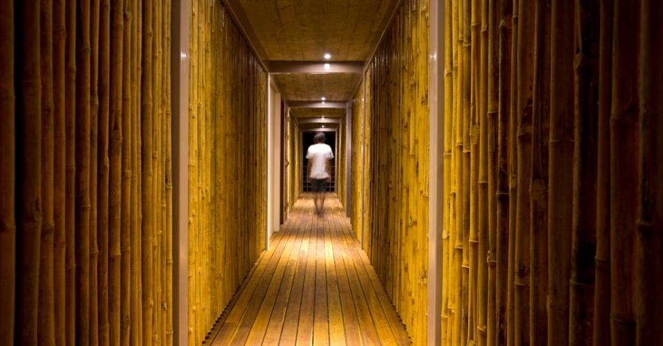 O corredor semiaberto, com paredes de bambu, é usado para a ligação entre os cômodos da casa Flotanta, em Puntarenas, na Costa Rica. O projeto arquitetônico é do escritório Benjamin Garcia Saxe