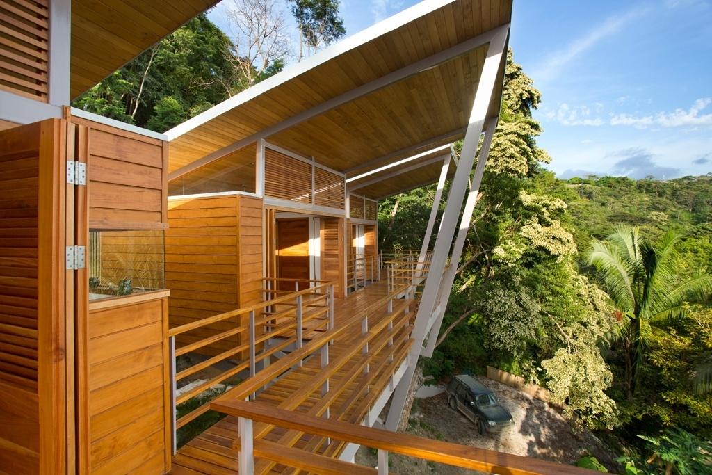 O desafio da equipe do arquiteto Benjamin Garcia Saxe era vencer um terreno muito inclinado e de mata densa, voltado para o Oceano Pacífico, na Costa Rica. A ideia era oferecer vistas para o mar a partir de qualquer um dos cômodos da casa, com dois dormitórios e vasta área social integrada. A casa Flotanta fica em Puntarenas