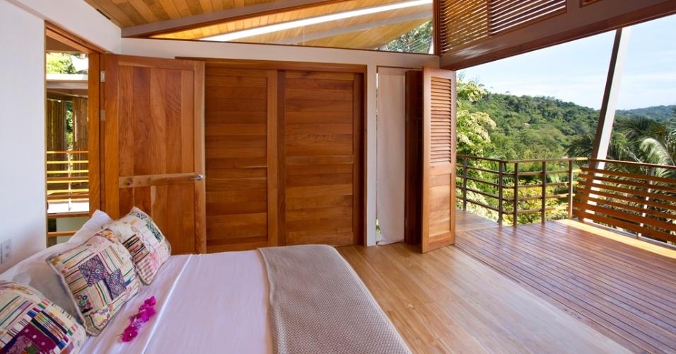 O dormitório principal repete o padrão arquitetônico da ala social da casa Flotanta. Sua característica principal são aberturas frontais totais mediadas por portas-camarão (venezianas) que integram o ambiente à varanda e ao entorno. Na Costa Rica, o projeto é de Benjamin Garcia Saxe
