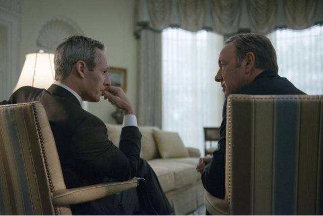 "Os atores Michael Gill (à esq.) e Kevin Spacey, como o presidente dos EUA e o vice, respectivamente, na série ""House of Cards"""