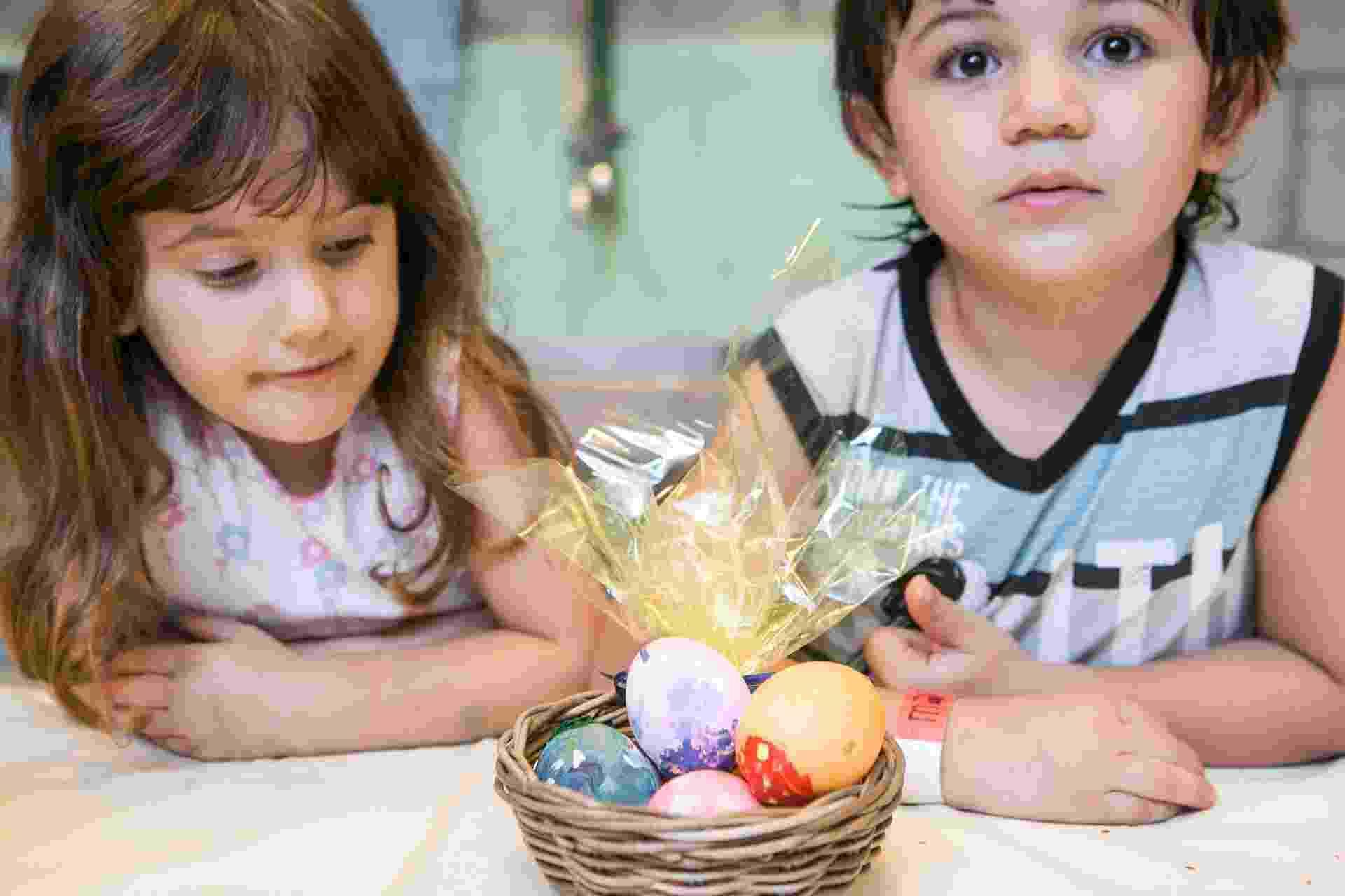 Para a Páscoa de 2014, que acontece no dia 20 de abril, o UOL vai ensinar, passo a passo, uma forma diferente de presentear e entreter as crianças: pintando e recheando ovos de galinha. Confira a seguir três técnicas de pintura e duas possibilidades de recheio - Rodrigo Capote/UOL