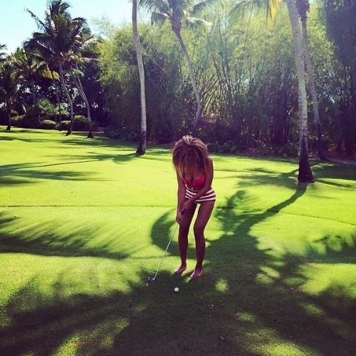 10.abr.2014 - Em outra imagem, Beyoncé aparece com as pernas bem mais finas e recebe uma enxurrada de críticas. Fãs dizem que ela fez uso de uma ferramenta do Photoshop para transformar o corpo