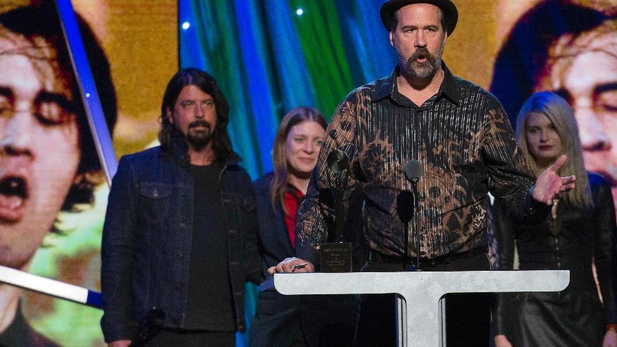 Krist Novoselic, ex-baixista do Nirvana, discursa após receber troféu em homenagem à sua extinta banda na cerimônia de nomeação ao Hall da Fama do Rock  - Lucas Jackson/Reuters