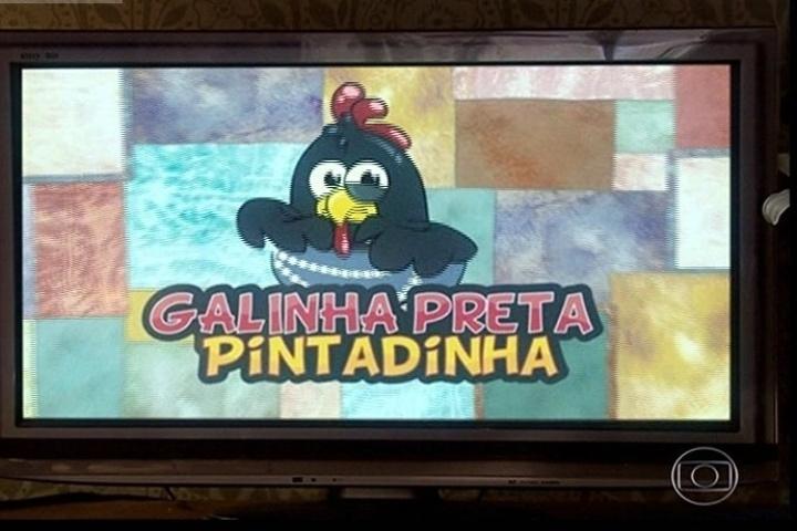 """11.abr.2014 - Em """"Tá no Ar: A TV na TV"""", até a Galinha Pintadinha se transformou em """"Galinha Preta Pintadinha"""" em referência a macumba"""