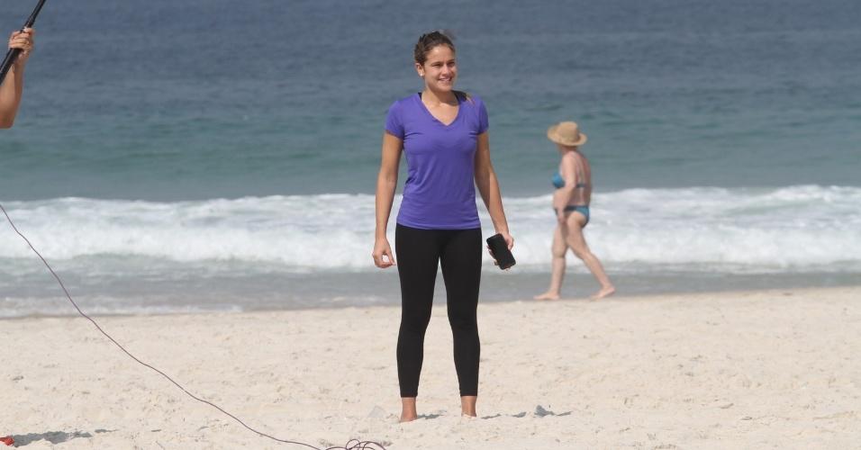 """11.abr.2014 - Fernanda Gentil participa de gravação na praia da Barra da Tijuca, no Rio de Janeiro. A jornalista atualmente está no ar com o programa """"Rumo à Copa"""", da Globo"""