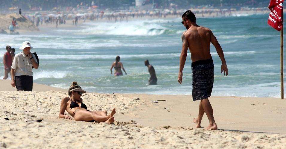 11.abr.2014 - Fernanda Lima e Rodrigo Hilbert curtem a praia do Leblon, na zona sul do Rio. O casal estava acompanhados dos filhos gêmeos João e Francisco