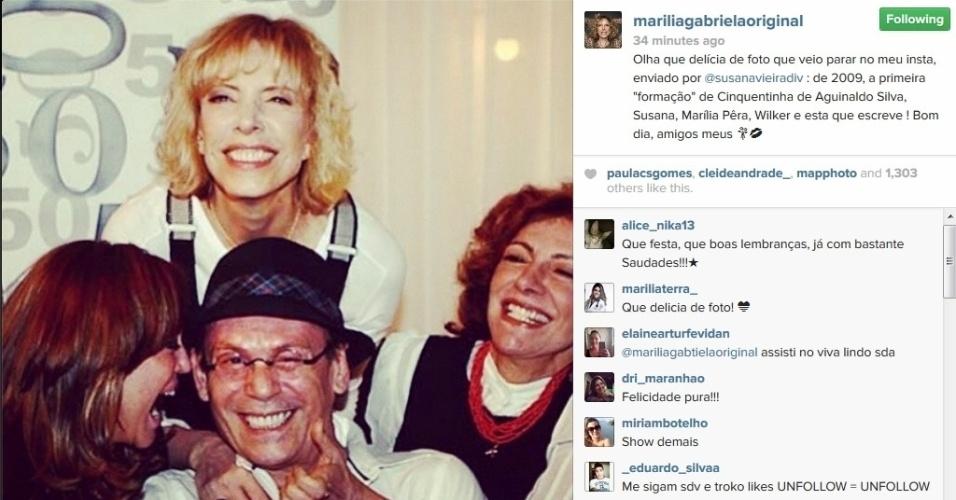 11.abr.2014 - Marília Gabriela mostra foto ao lado de José Wilker