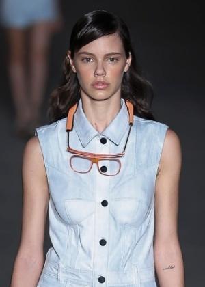 2102f2b008998 Jamais durmo de maquiagem, diz a atriz Laura Neiva durante o Fashion ...