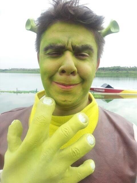"""11.abr.2014 - O repórter do CQC Oscar Filho postou nesta sexta uma imagem sua fantasiado de Shrek. """"Não fiquei tão diferente, né?"""", escreveu"""