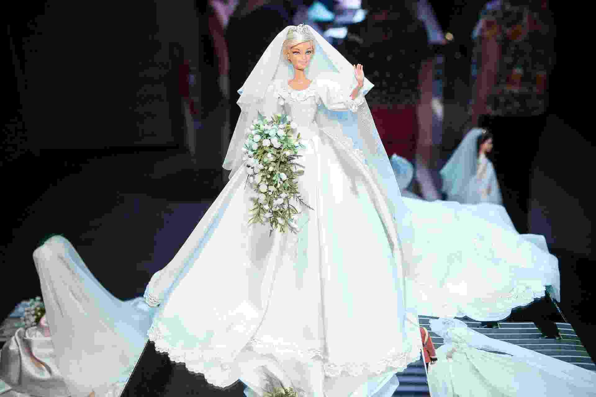 (11.abr.2014) A boneca Barbie vestida com réplica de vestido de casamento da princesa Diana foi exposta na 3ª edição do Casamoda Noivas. Todo o look, incluindo cabelos e buquê, é feito pelo artista Sam Murakammi, que aprendeu sozinho uma técnica para reproduzir roupas e acessórios com detalhes. Murakammi também faz réplicas sob encomendas para noivas por R$ 1.000 - Rodrigo Capote/UOL