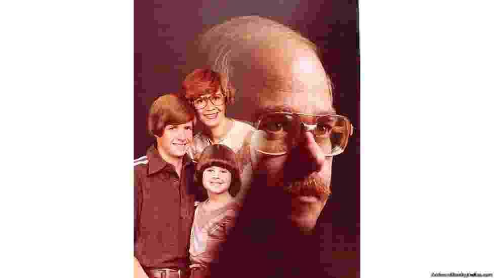 Bender e Chernak pensaram que devia haver mais gente com fotografias tão estranhas quanto. Por isso, criaram a página onde fosse possível compartilhá-las - The Awkward Family Photos