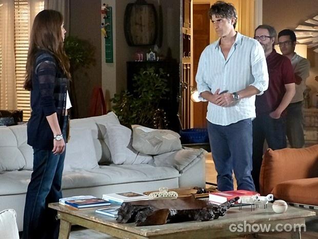 Cadu reaparece no apartamento de Helena, mas dá fora em Clara
