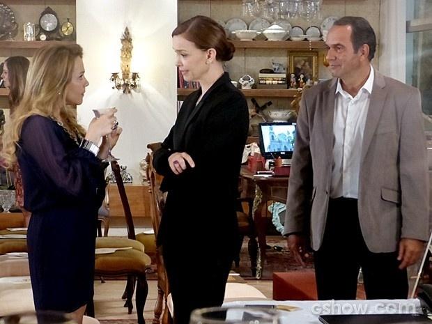 Shirley diz para Helena que tem mais peças para leiloar