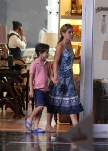 """11.abr.2011 - Adriana Esteves é fotografada caminhando com o filho Vicente em um shopping do Rio de Janeiro. A atriz está fora das novelas desde que interpretou Carminha, de """"Avenida Brasil"""", na Globo"""
