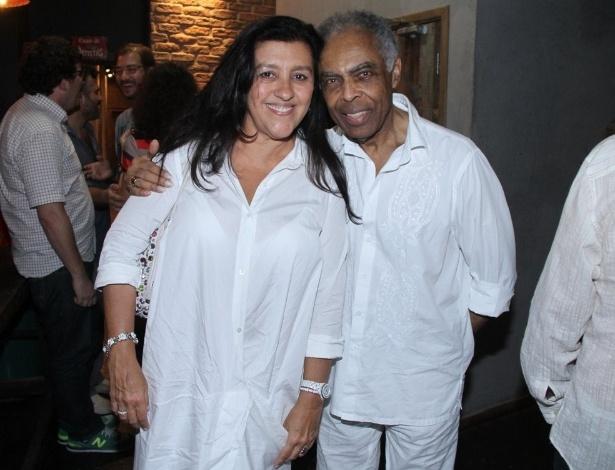 11.abr.2014 - A apresentadora Regina Casé prestigia o show do amigo Gilberto Gil no Theatro Net Rio, em Copacabana, na zona sul da capital fluminense, na noite desta sexta-feira