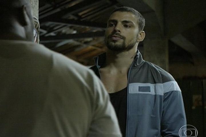 11.abr.2014 - André deixa a prisão e vai atrás de Lopes dizendo que vai provar sua inocência