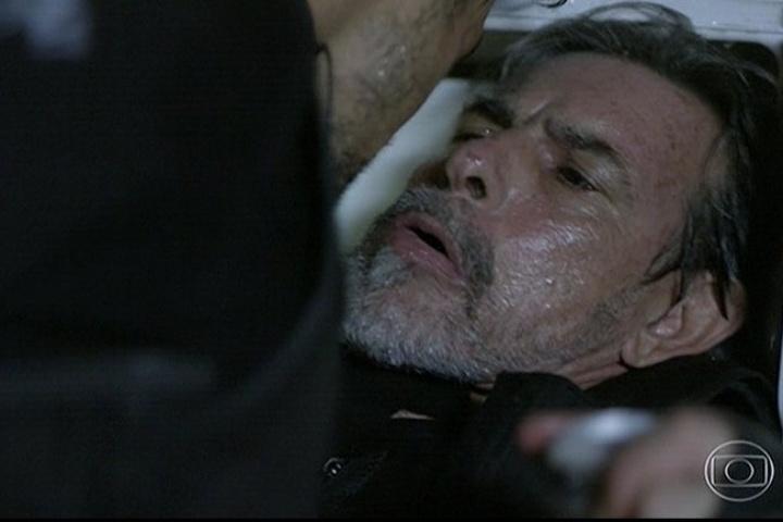 11.abr.2014 - André se irrita com outro policial que debocha do fracasso da operação