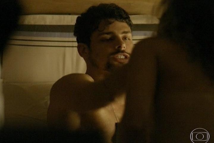 11.abr.2014 - Após a operação frustada de liberar o garoto sequestrado, André passa a noite com uma prostituta