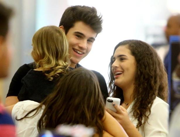 11.abr.2014 - Lívian Aragão passeia com seu namorado, Nicolas Prattes, em um shopping na Barra da Tijuca, zona oeste do Rio de Janeiro, na noite desta sexta-feira (11)