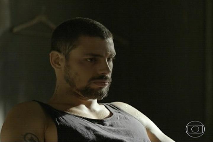 11.abr.2014 - Lopes procura André e diz que vai ajudá-lo. ele oferece emprego de caçador de recompensa. André aceita