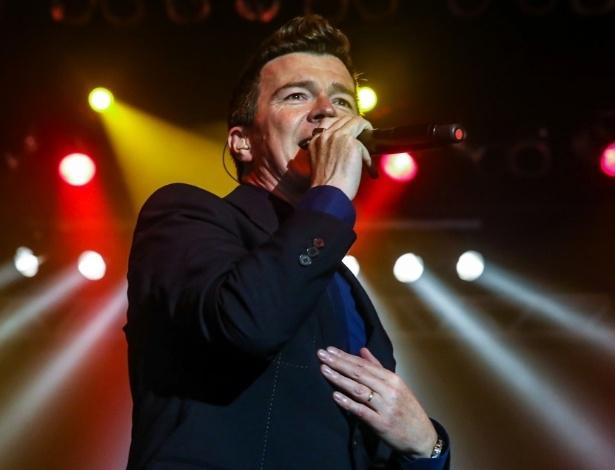 """11.abr.2014 - Pela primeira vez no país, Rick Astley se apresenta no HSBC Brasil, na zona sul de São Paulo, na noite desta sexta-feira, cantando seu repertório que fez grande sucesso nos anos 1980 e 1990, como """"Never Gonna Give You Up"""", """"She Wants To Dance With Me"""", """"Dial My Number"""", """"Take Me To Your Heart"""" e """"Hold Me In Your Arms"""". Em 2008, o britânico voltou à mídia após virar um meme na internet chamado """"Rickrolling"""""""