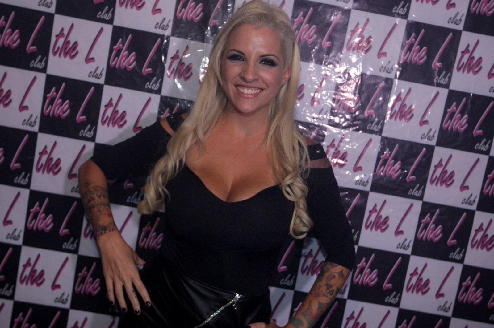 12.abr.2014 - Ex-BBB Clara reúne uma multidão de mulheres em uma balada para o público lésbico de São Paulo. A ex-sister recebeu o carinho das fãs que se amontoavam para vê-la nas picapes, na madrugada deste sábado