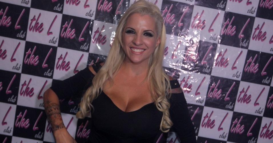 12.abr.2011 - Ex-BBB Clara reúne uma multidão de mulheres em uma balada para o público lésbico de São Paulo. A ex-sister recebeu o carinho das fãs que se amontoavam para vê-la nas picapes, na madrugada deste sábado