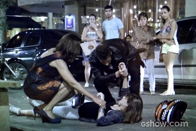12.abril.2014 - Branca (Angela Vieira) puxa Giselle (Agatha Moreira) da moto e provoca acidente