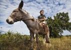 Crianças caçam e domam jumentos no sertão do Ceará