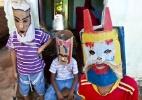 Com máscaras e chicotes, meninos pedem dinheiro na Semana Santa no interior do Ceará