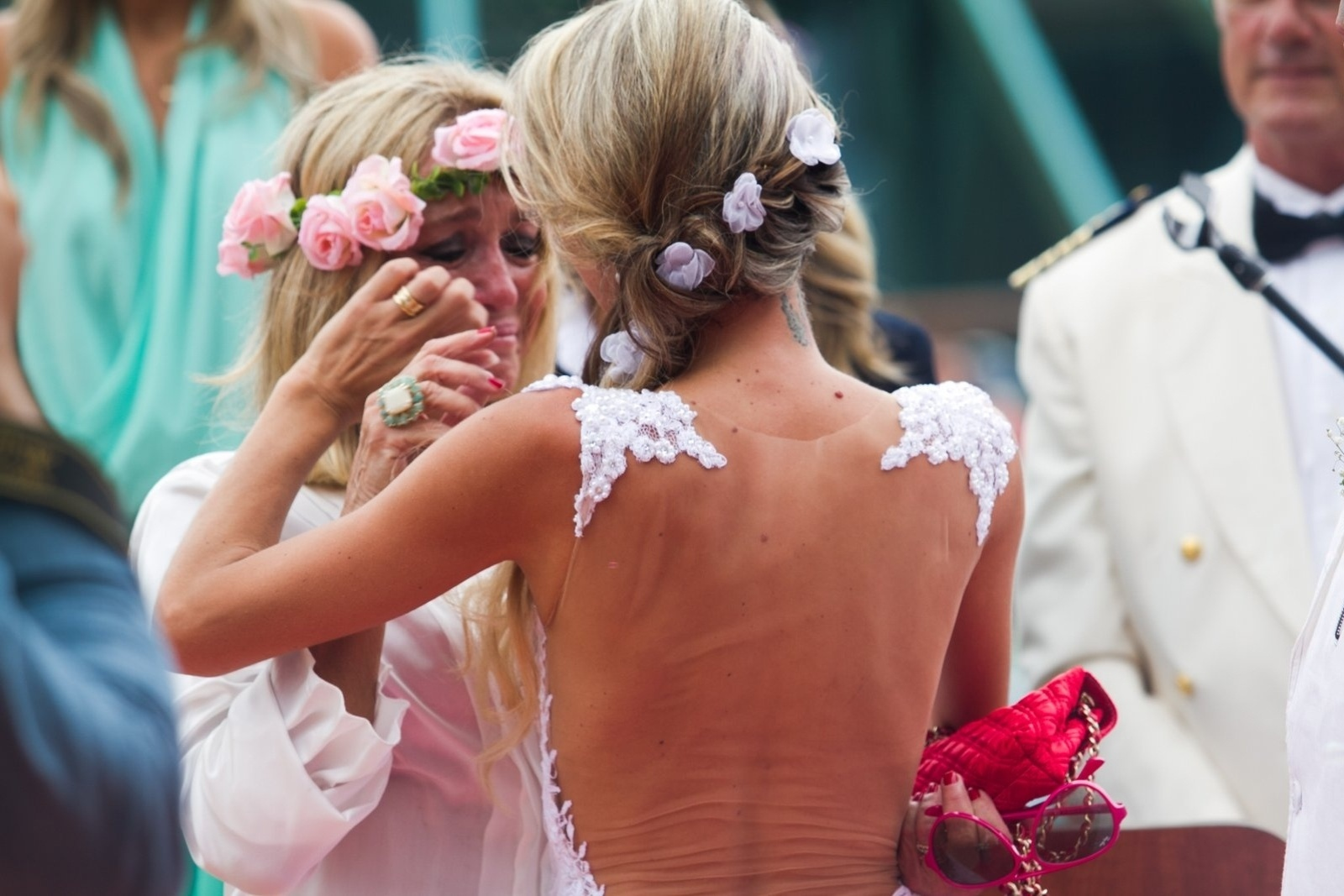 13.abr.2014 - O filho da atriz Susana Vieira, Rodrigo, se casou na tarde deste domingo com Ketryn Goetten a bordo de um cruzeiro de música eletrônica. Vestindo uma camisa branca aberta, um sutiã rosa e uma coroa de flores na cabeça, a atriz se emocionou durante a cerimônia
