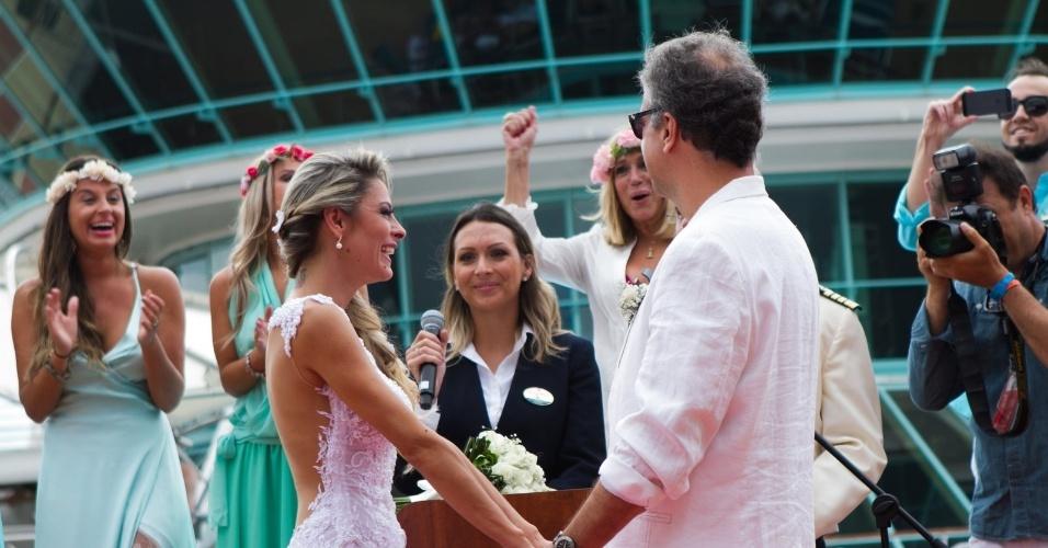 13.abr.2014 - Vestindo uma camisa branca aberta, um sutiã rosa e uma coroa de flores na cabeça, a atriz Susana Vieira vibra durante a cerimônia de casamento do filho, Rodrigo
