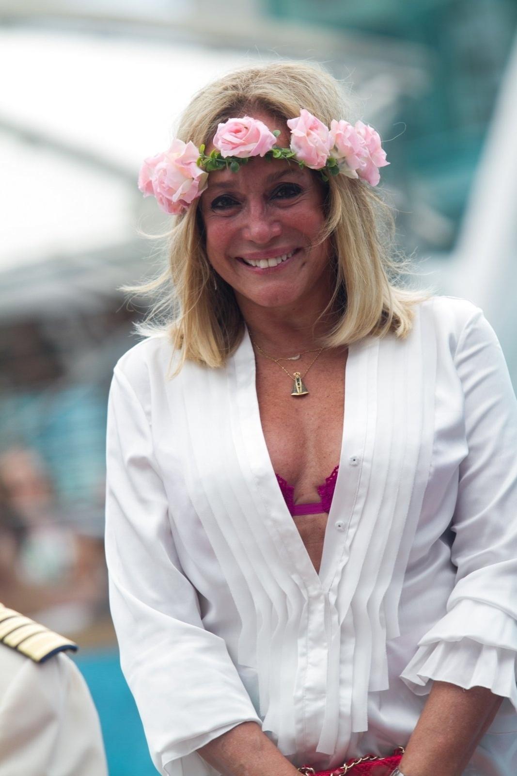 13.abr.2014 - Susana Vieira sorri para fotógrafo durante o casamento do filho, Rodrigo, a bordo de um cruzeiro de música eletrônica