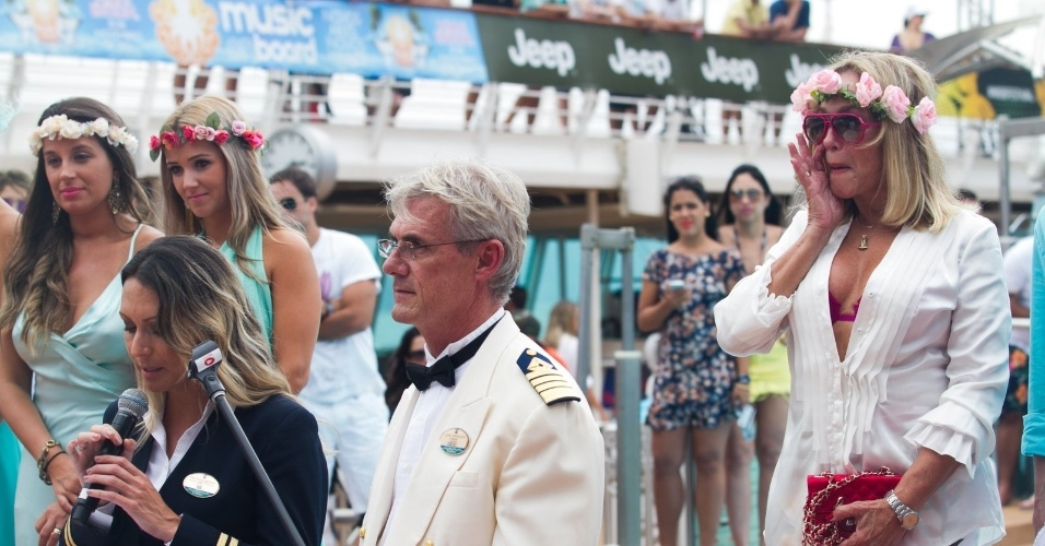 13.abr.2014 - A atriz Susana Vieira se emociona durante cerimônia de casamento do filho, Rodrigo, com Ketryn Goetten a bordo de um cruzeiro de música eletrônica