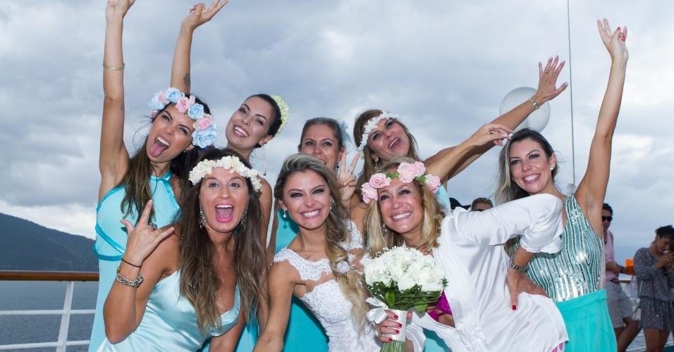 13.abr.2014 - Vestindo uma camisa branca aberta, um sutiã rosa e uma coroa de flores na cabeça, Susana Vieira posou com o buquê da noiva depois da cerimônia de casamento do filho, Rodrigo