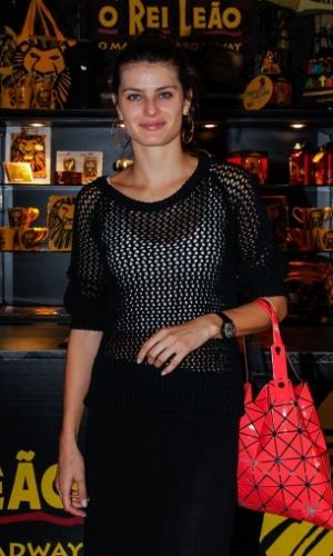 """13.abr.2014 - Sem Di Ferrero e sem seus filhos, a modelo Isabeli Fontana assiste ao musical """"O Rei Leão"""", em São Paulo"""