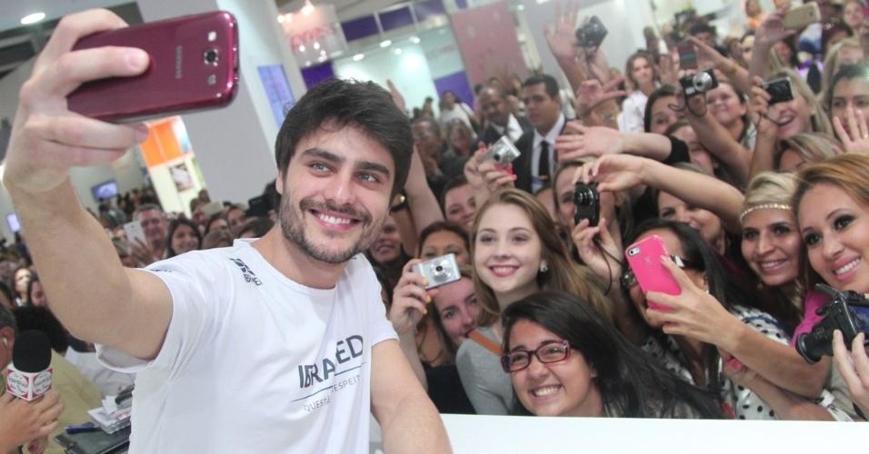 """13.abril.2014 - Guilherme Leicam faz selfie coletivo com suas fãs em evento de beleza. O Larte na segunda fase de """"Em Família"""" causou o maior alvoroço ao chegar na feira realizada na tarde deste domingo (13), em São Paulo"""