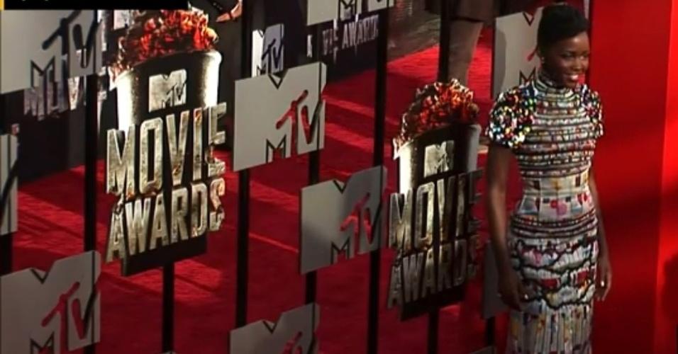 13.abril.2014 - Lupita Nyong'o no tapete vermelho do MTV Movie Awards 2014, na noite deste domingo (13), no Nokia Theatre, em Los Angeles. A atriz foi vencedora do Oscar por sua personagem Patsey, no filme