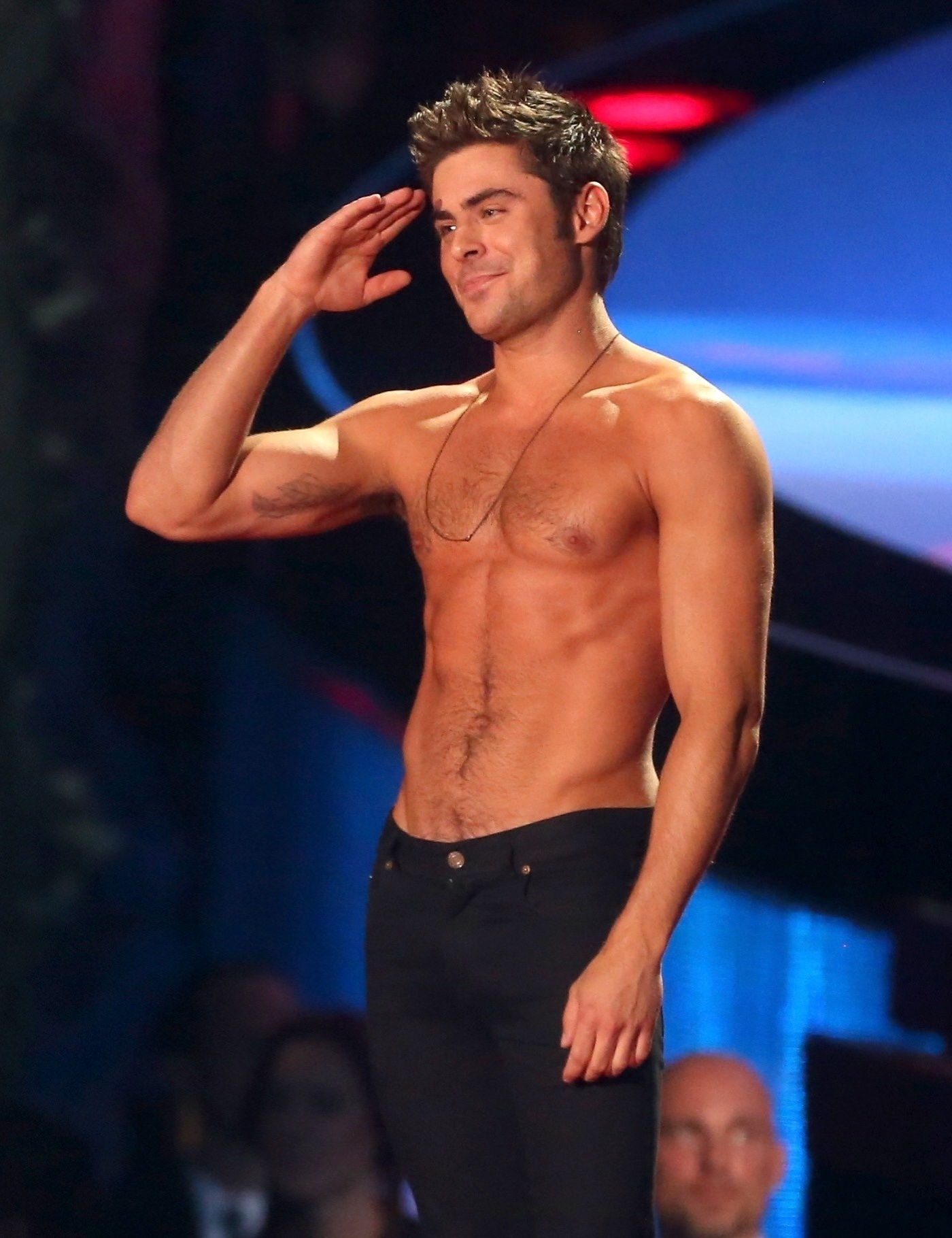 13.abril.2014 - Zac Efron sem camisa no MTV Movie Awards 2014, na noite deste domingo (13), no Nokia Theatre, em Los Angeles