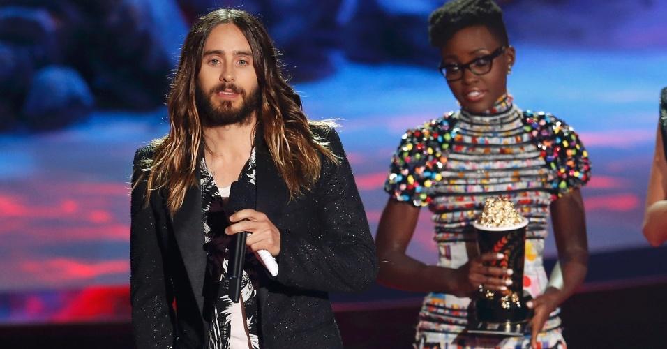 13.abr.2014 - A atriz Lupita Nyong'o entrega o prêmio de melhor transformação para Jared Leto por sua performance no MTV Movie Awards