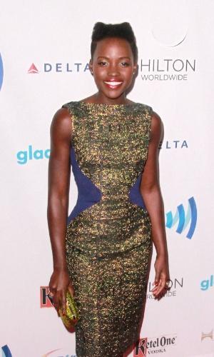13.abr.2014 - Com um vestido brilhoso e batom vermelho, a atriz Lupita Nyongo posou para fotos ao chegar ao MTV Movie Awards 2014
